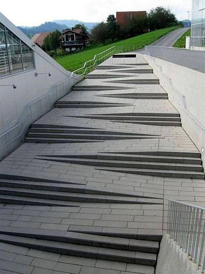 Et celui qui me dit que c'est pour les handicapés, je suggère qu'une rampe latérale aurait été plus facile à faire.