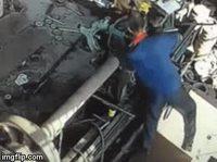 Comment réparer un palier d'arbre de transmission tout en enlevant son t-shirt
