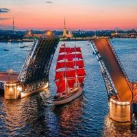 Jolie photo : un pont se lève, un voilier passe...