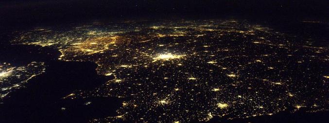 """... on généralement lieu la nuit. Oui, en ces temps de primaires tous azimuts et de """"marronniers"""" de Noël, il est grand temps d'élever le débat.   Les côtes bretonnes vues depuis la Station spatiale internationale, sous l'œil du spationaute Thomas Pesquet, mardi 6 décembre. (ESA / NASA)"""
