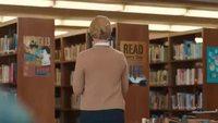Margot Robbie en bibliothécaire sexy