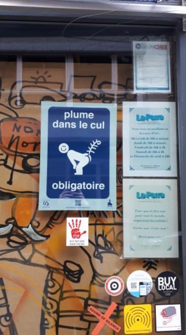 Vu à Liège ce week-end ! Le QR code est fonctionnel et mène à cette page:  https://www.entonnoir.org/2020/08/25/plume-dans-le-cul/