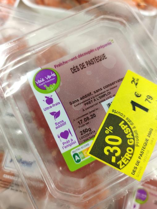 """Dés de pastèque dans une boite en plastique La marque s'appelle """"la voie verte"""" Ils rajoutent """"zéro gaspi"""" Fin de la blague"""
