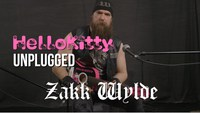 Zakk Wylde jouant du Black Sabbath (sur une gratte Hello Kitty...)
