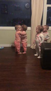 Séance câlins chez des quadruplets