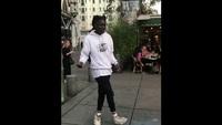Le danseur Salif Lasource fait un joli moonwalk dans les rues de Paris.