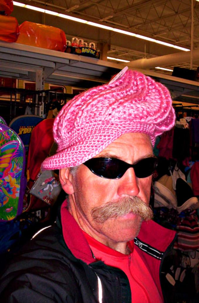 Un beau chapeau rose.