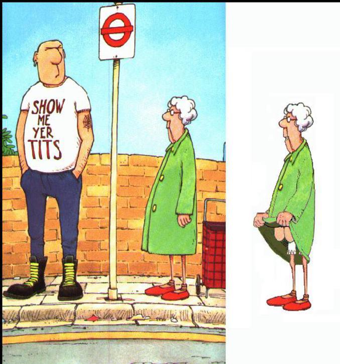 Une vieille femme qui execute le message écrit sur le t-shirt (montre moi tes seins)