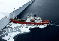 Antarctique: un navire ravitailleur vient littéralement se scotcher à l'inlandsis