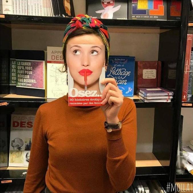 Un libraire s'amuse à photographier ses clients avec des livres.