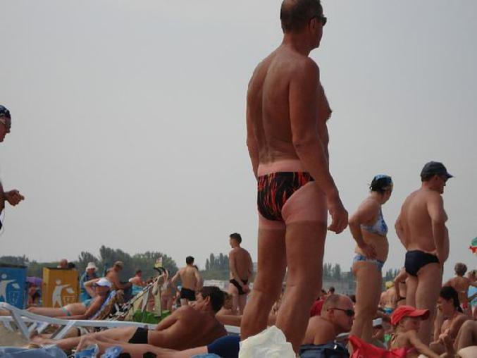 Un homme qui a changé de maillot de bain à la fin de ses vacances