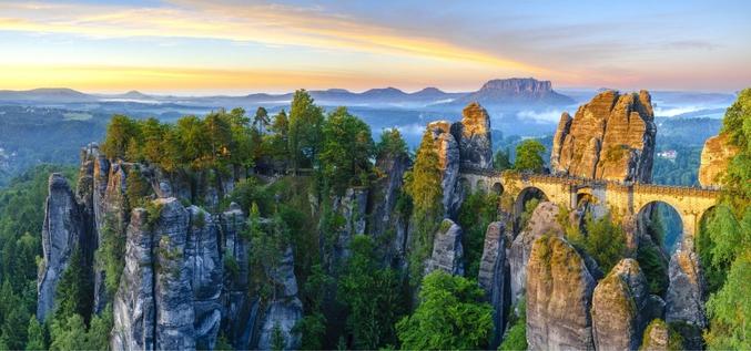 est une formation rocheuse située en Suisse saxonne, une région d'Allemagne au sud-est de Dresde. À 305 m d'altitude, elle domine l'Elbe de 194 m et offre un panorama à couper le souffle !