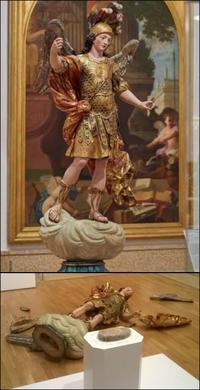 Perche à selfie, statue en débris !