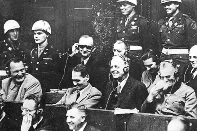 Au tribunal de Nuremberg. J'aimerai vraiment savoir ce qui les fait tant rigoler. Je crois que c'est Keitel a dit qu'il ne savait rien des crimes de guerre. Mais si il y a une explication plus probante, je prends