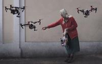 Une gentille mamie donne à manger à une nouvelle race de pigeons