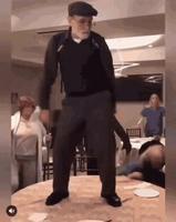 Les vieux dansant sur une table...