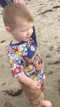 Un enfant à la plage