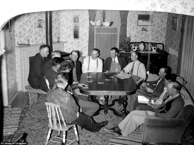Une réunion de citoyens américains dans les années 40 (la parité viendra plus tard)