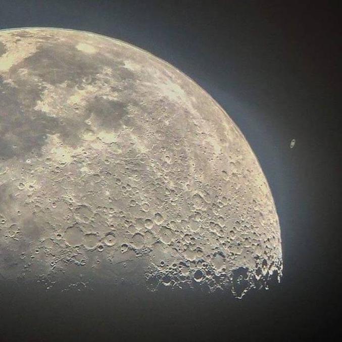 photo prise avec un iPhone à travers le viseur d'un télescope domestique 12? le flikr de l'auteur https://www.flickr.com/people/80336656@N07/