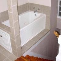 Une baignoire étrangement située