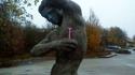 Statue prenant soin de sa pilosité