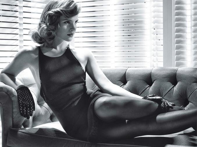 Et une jolie femme dessus. On doit bien pouvoir tenir à deux sur ce canapé, non ?