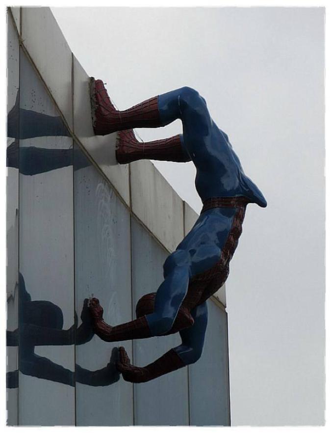 Cette statue décorait la façade d'un immeuble en Corée. Celle-ci, surplombant un jardin d'enfants, n'a pas été jugée de très bon goût par les parents qui en ont demandé le retrait.