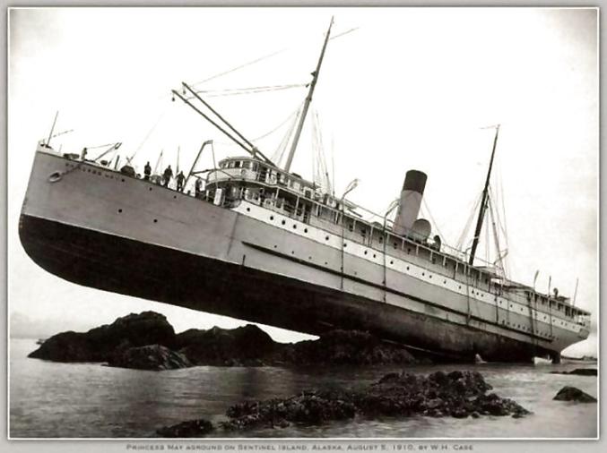 """""""Tous les passagers, et en 1er lieu la belle-mère de Le-long-brick sont priés de se rendre à l'avant du navire !"""""""