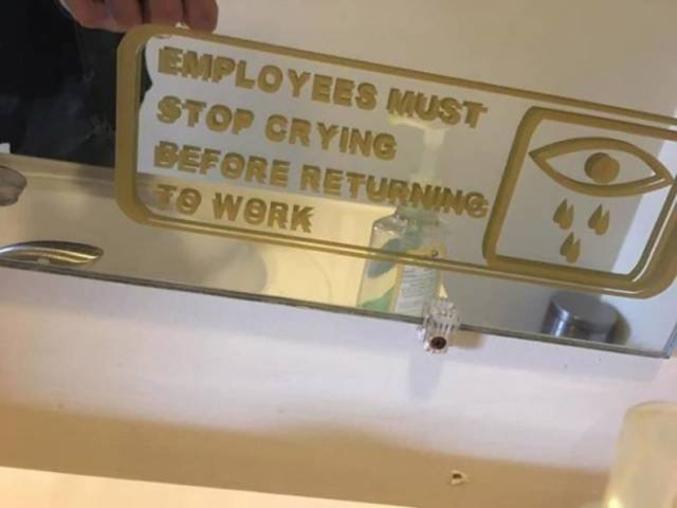 Les employés doivent arrêter de pleurer avant de retourner travailler.