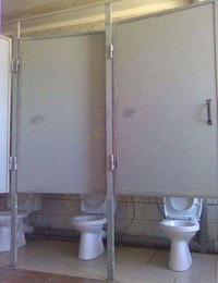Toilettes très publiques
