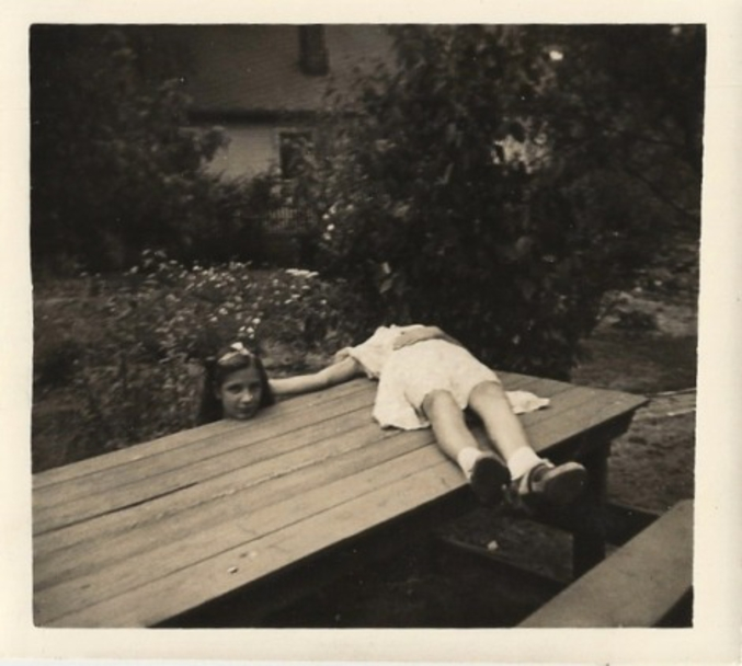 """Le """"Horsemaning"""" est l'acte de poser pour une photo de telle manière que le sujet semble avoir été décapité, la tête appuyée sur le sol ou sur une surface. C'était une mode dans les années 1920. La pratique tire son nom du Cavalier Sans Tête, un personnage diabolique de la nouvelle de Washington Irving """"The Legend of Sleepy Hollow""""."""