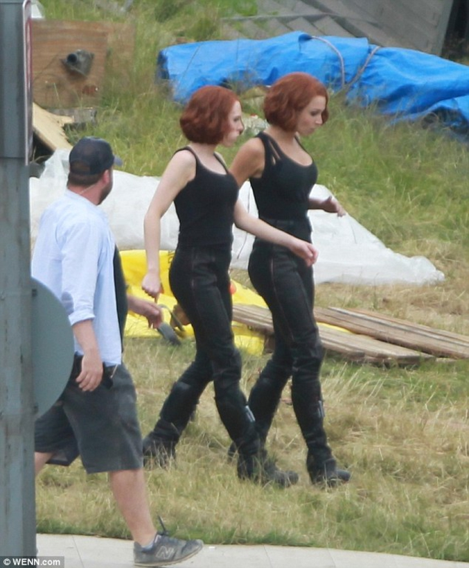 Scarlett Johansson et sa doublure pour les cascades.