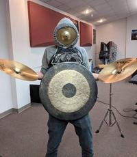 Il cymbale un peu trop lui