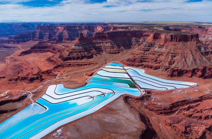 Les bassins d'évaporation des mines de potasse dans la région de Moab offrent des contrastes de couleurs pour le moins saisissants et photogéniques ! On peut les apercevoir depuis le point de vue panoramique de Dead Horse Point