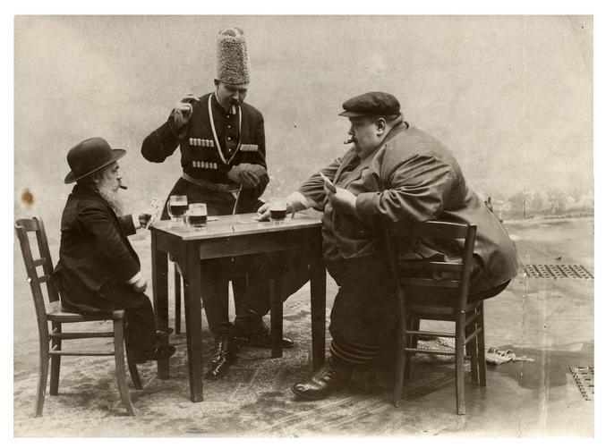 Pour les trois hommes respectivement les plus grands, gros et petits d'Europe.