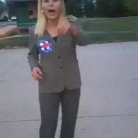 Une blonde s'essaye au skateboard en talon haut...