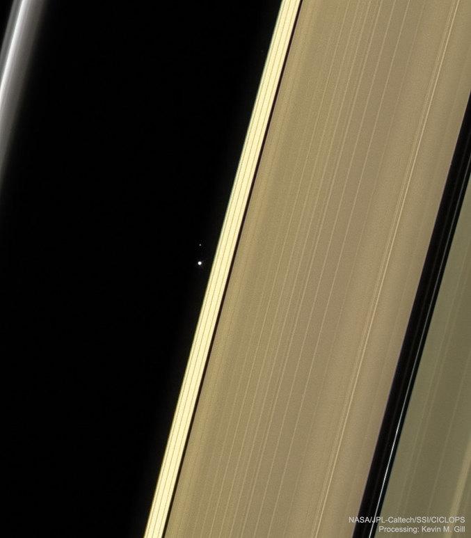 C'est deux points sont biens la Terre et la Lune prise à travers les anneaux de Saturne depuis la sonde Cassini. Le soleil était alors occulté par Saturne. Source : Astronomy Picture of the Day https://apod.nasa.gov/apod/lib/aptree.html