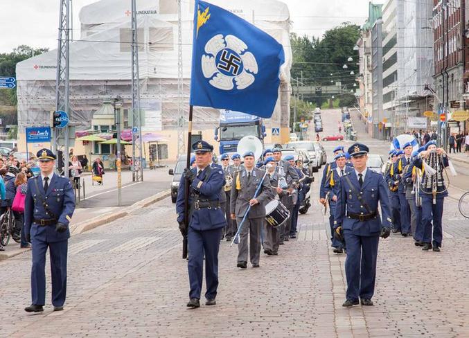 La Haine fait trembler l'asphalte de ses bottes cloutées. (drapeau traditionnel de l'armée de l'air finlandaise.)