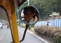 Un chauffeur concentré