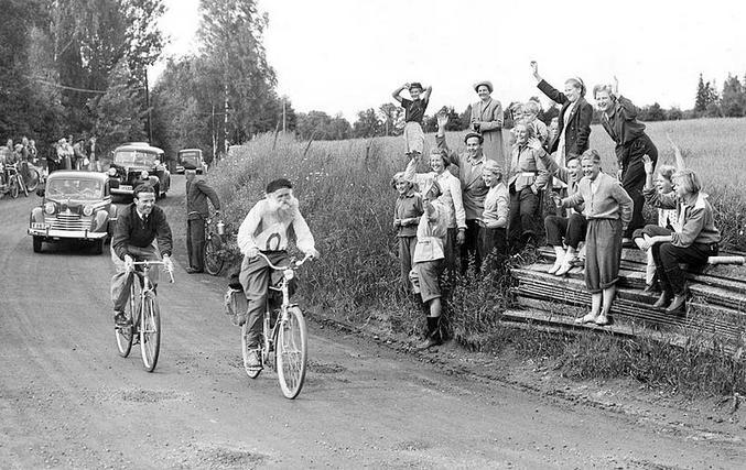 A 66 ans, il gagne une course de 1764 kilomètres à laquelle on lui avait interdit de participer du fait de son âge. Il avait déjà 600 km dans les jambes sur la ligne de départ... Il se bricole un dossard avec le numéro 0 pour troller encore plus !  https://www.theguardian.com/environment/bike-blog/2013/dec/11/gustaf-hakansson-sweden-cycle-race https://en.wikipedia.org/wiki/Gustaf_H%C3%A5kansson