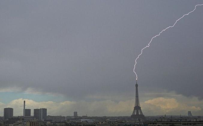 La maire de Paris a fait transformer la tour Eiffel en un générateur géant pour recharger gratuitement toutes les trottinettes électriques, soutenue par le lobby puissant des hipsters.