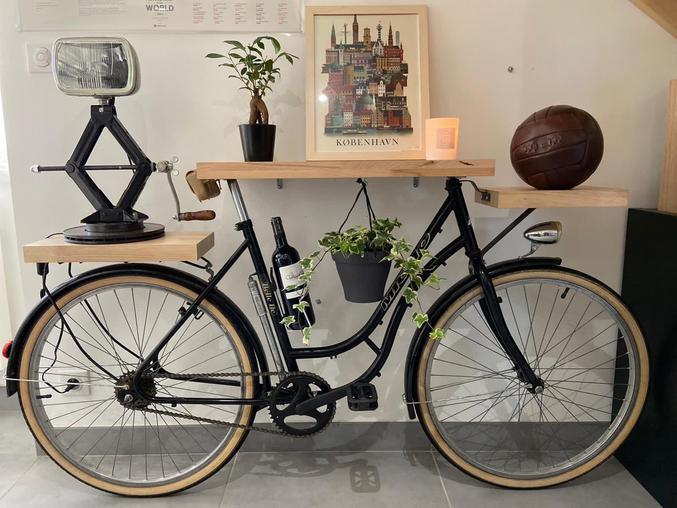 Vélo d'appartement avec porte-bagages, lumière et gourde intégrés.