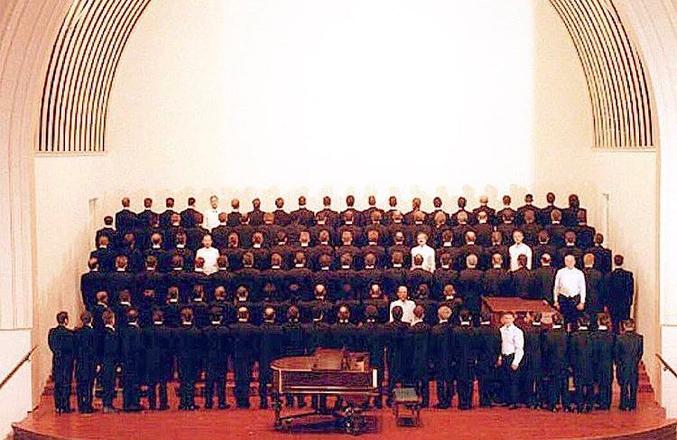 Ceux en chemise blanche étaient dans la chorale originale à sa fondation, en 1978. Tous les autres choristes de ce temps-là sont morts du SIDA quinze ans plus tard.
