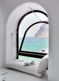 Lire au bord de la fenêtre