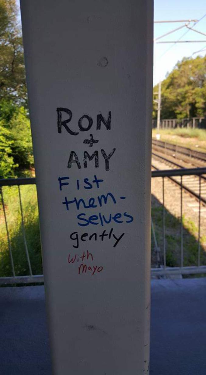"""""""Ron+Amy"""" """"Se fistent"""" """"gentiment"""" """"avec de la mayo"""""""