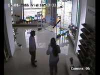 Une tornade vue depuis une caméra de surveillance d'un magasin
