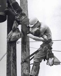 1967 : Un ouvrier fait du bouche-à-bouche à un collègue qui vient d'être électrisé