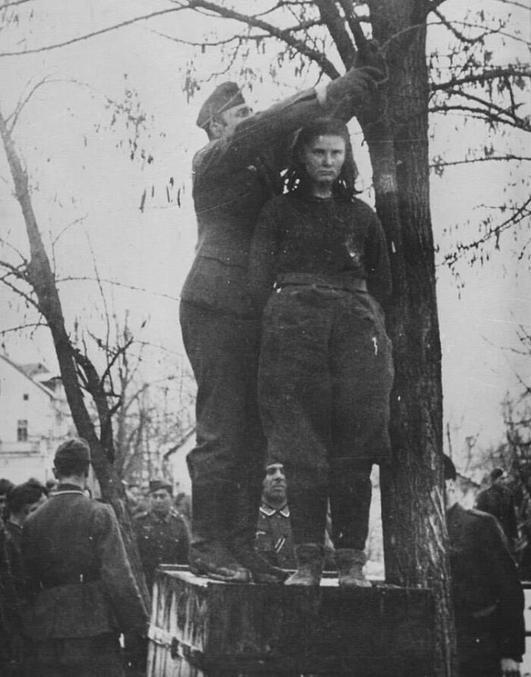 Lorsque les nazis ont demandé à Lepa Radic qui étaient ses «complices» avant de la pendre, elle a répondu: «Vous les saurez quand ils viendront pour me venger». Cette jeune fille serbe a été pendue à l'âge de 17 ans près de Gradiska en 1943. Pendant la bataille de Kozara, elle a perdu son père, son frère (15 ans) et son oncle