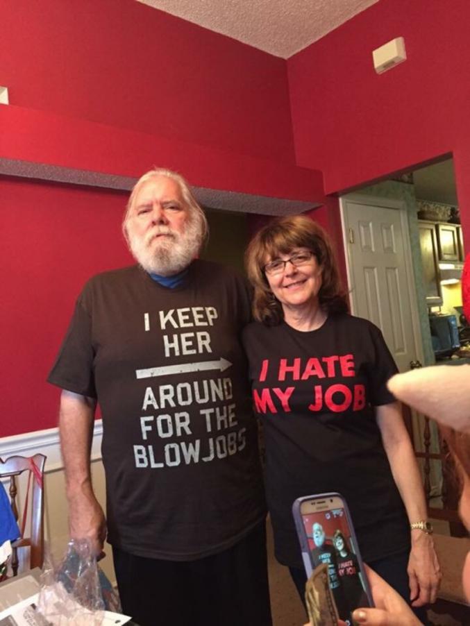 """Lui : Je ne la garde que pour les pipes. Elle : Je déteste mon métier...  Bah oui, elle ne peut même pas dire qu'elle en a plein le cul... Elle aurait pu dire éventuellement """"My job sucks..."""""""