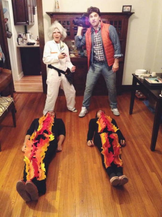 Un cosplay Doc, un cosplay Marty et deux traces de pneus.